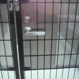 フェンスドアへの自動施錠型錠前の取付工事