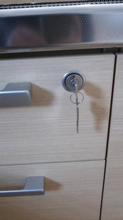 キッチンの引出しに鍵付き錠を取付け